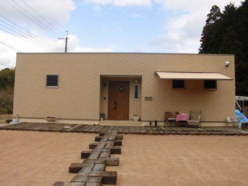 中庭と薪ストーブのある家.jpg